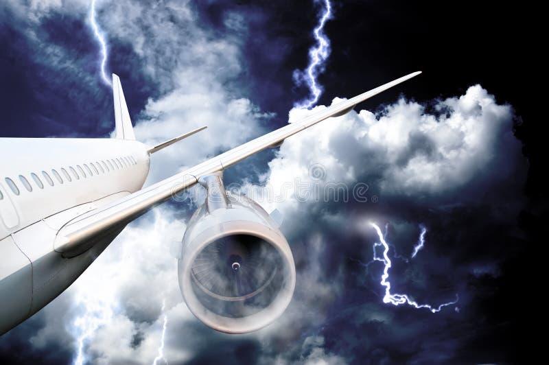 Caída de aeroplano en una tormenta con el relámpago imagen de archivo libre de regalías