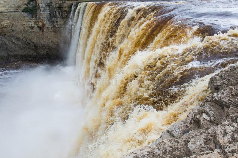 Caída de Alexandra Falls 32 metros sobre Hay River, territorios del noroeste del parque territorial de la garganta de Twin Falls, foto de archivo