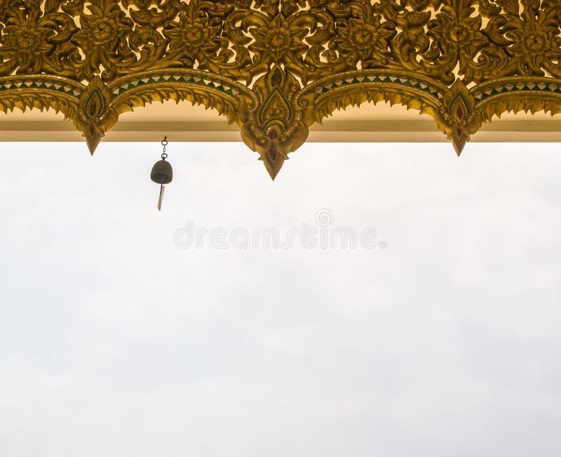 Caída de Bell en el tejado del templo en Tailandia foto de archivo libre de regalías