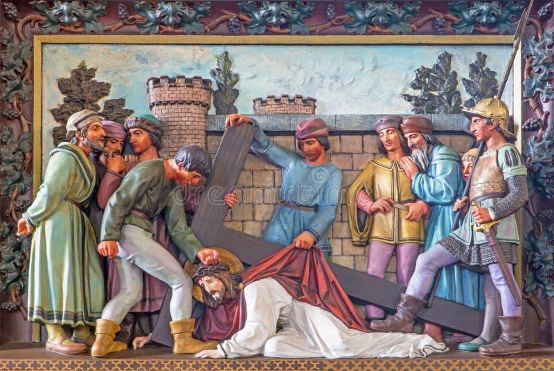 Caída de Brujas - de Jesús bajo cruz Alivio en St Giles (Sint Gilliskerk) como parte de la pasión del ciclo de Cristo imagenes de archivo