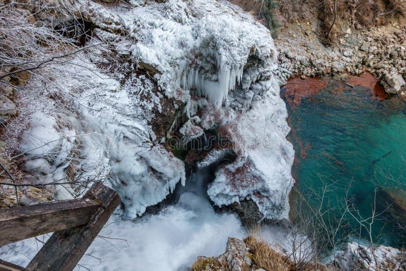Caída de hielo congelada con agua verde abajo imagenes de archivo