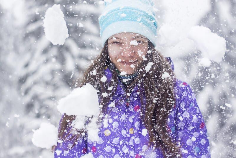 Caída de la nieve del retrato de la mujer del invierno fotografía de archivo libre de regalías