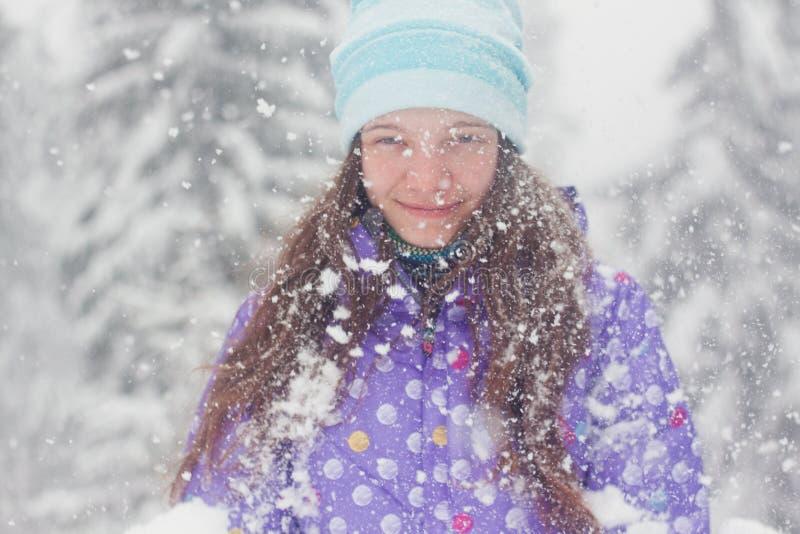 Caída de la nieve del retrato de la mujer del invierno imagenes de archivo