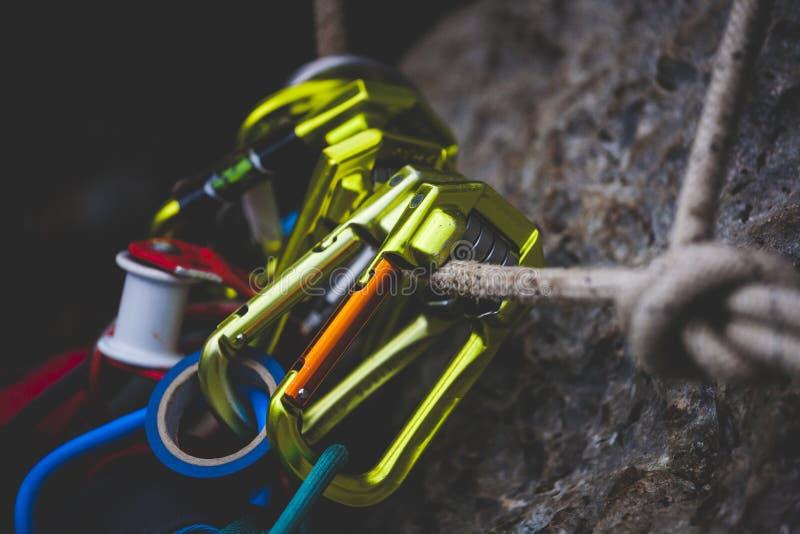 Caída de las carabinas en la cuerda fotografía de archivo libre de regalías