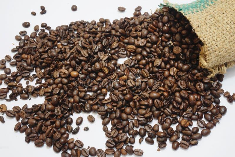 Caída de los granos de café del saco imágenes de archivo libres de regalías