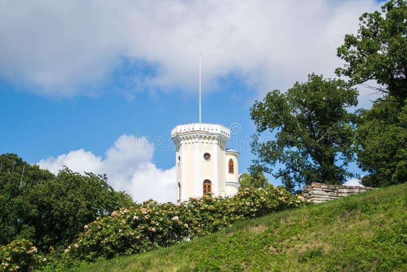 Caída de Schloss del señorío de Keila-Joa, un edificio del siglo XIX cerca de la cascada de Keila-Joa y parque imagenes de archivo