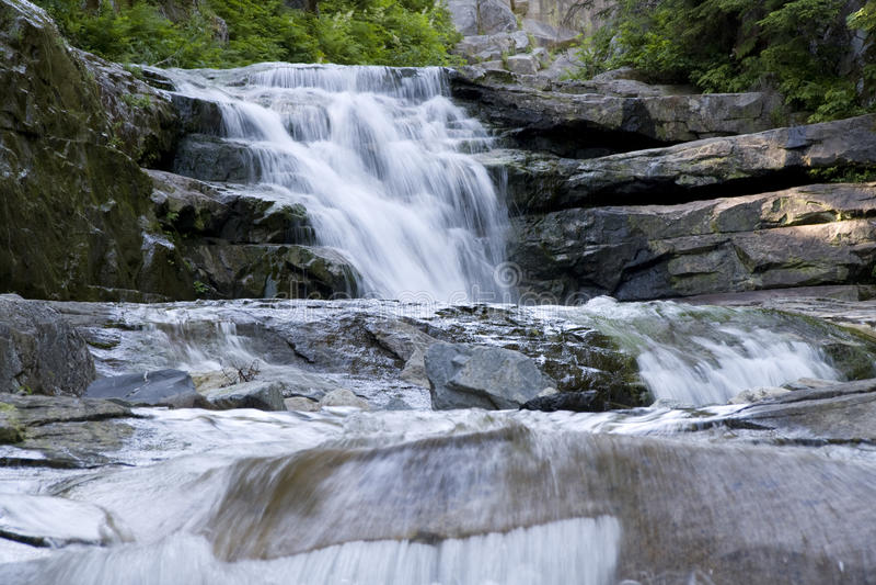 Caída del agua de las rocas de la cascada de las cascadas fotografía de archivo