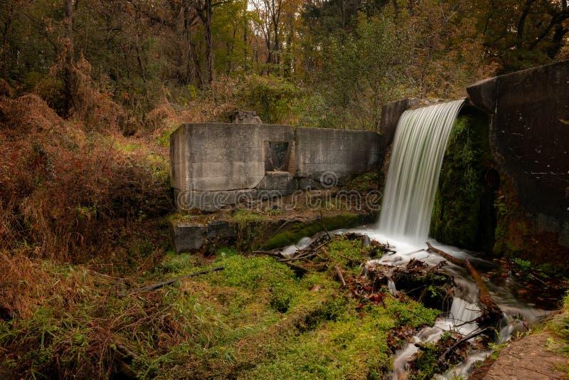 Caída del agua en otoño en el parque de estado en bosque del estado de la moraine de la caldera fotos de archivo