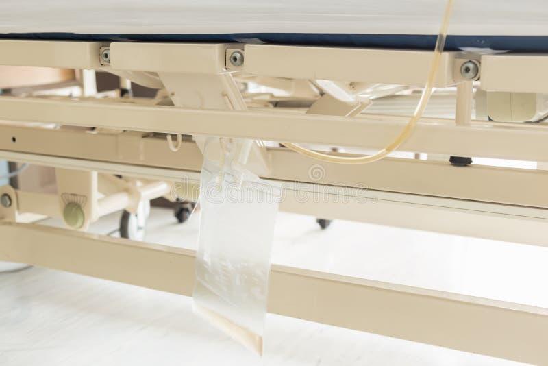 Caída del bolso de la orina del plástico transparente en cama del paciente femenino fotos de archivo libres de regalías