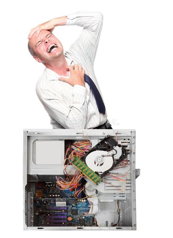 Caída del ordenador y hombre de negocios frustrado. imagen de archivo