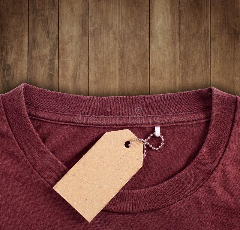 Caída del precio sobre la camiseta fotografía de archivo