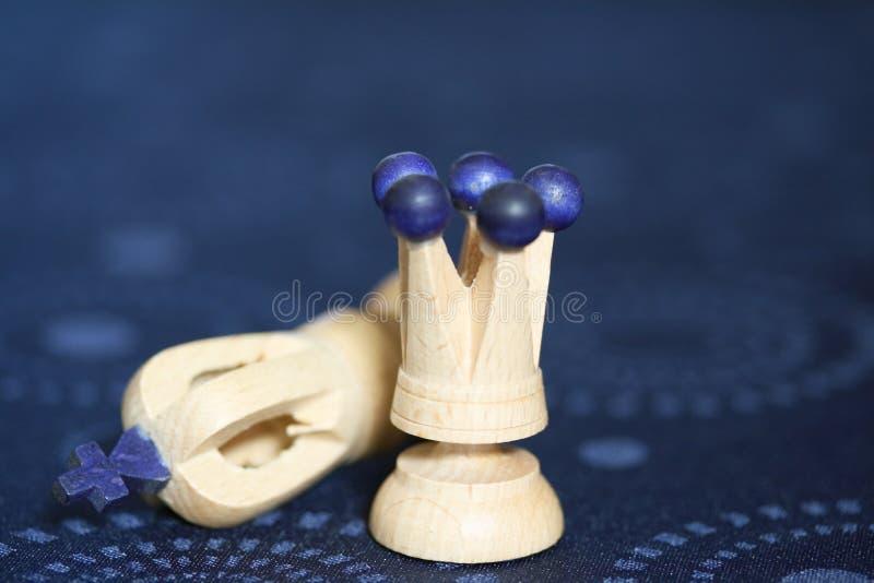 Caída del rey en ajedrez fotografía de archivo libre de regalías