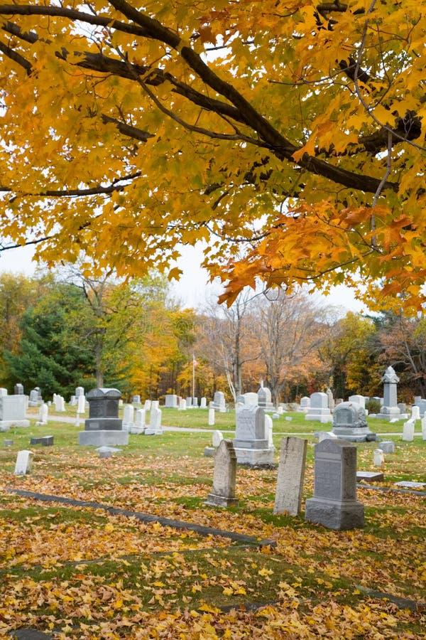 Caída en un cementerio de la pequeña ciudad foto de archivo