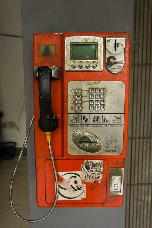 Caída inusitada de la cabina de teléfonos en la pared Jakarta admitida foto Indonesia imagenes de archivo