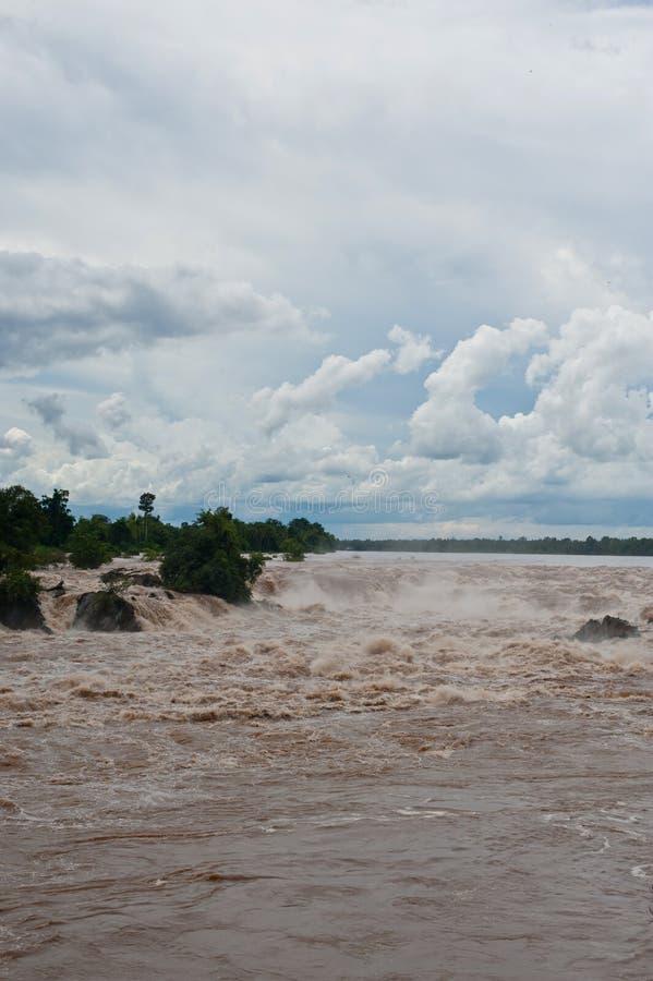 Caída o el río Mekong del agua de Khone Phapheng en el champasak meridional imagenes de archivo