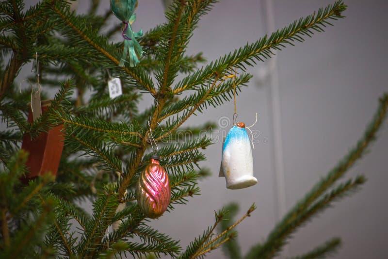 Caída soviética de las decoraciones en el árbol de navidad foto de archivo libre de regalías