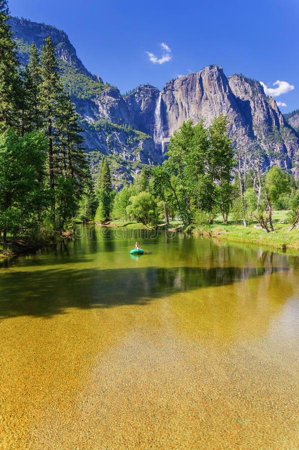 Caída superior y pasarela de Yosemite sobre el río de Merced imagenes de archivo