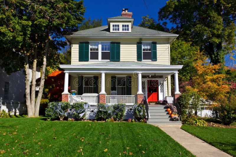 Caída unifamiliar del otoño del hogar del estilo de la pradera de la casa imagen de archivo
