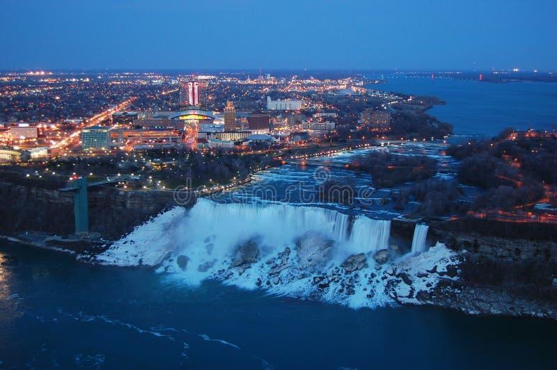 Caídas americanas de Niagara Falls en la oscuridad fotos de archivo