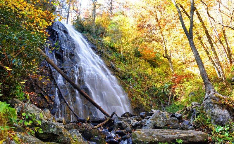 Caídas de Crabtree en Marion, Carolina del Norte durante un otoño colorido fotografía de archivo libre de regalías