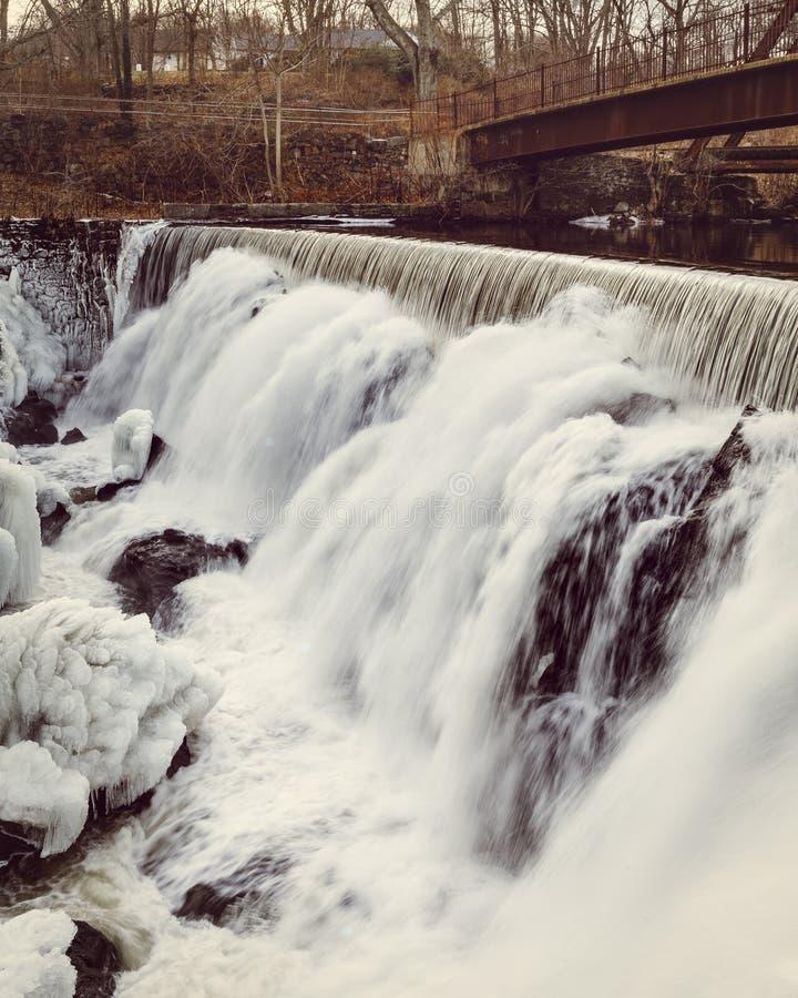 Caídas del agua del invierno, caídas de Yantic, Norwich CT fotografía de archivo