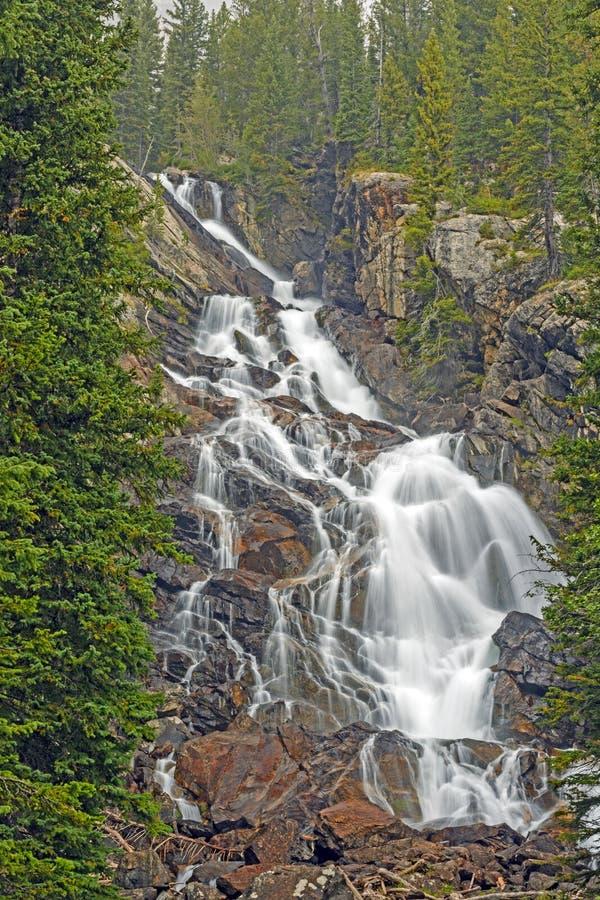 Caídas dramáticas ocultadas en las montañas imagen de archivo