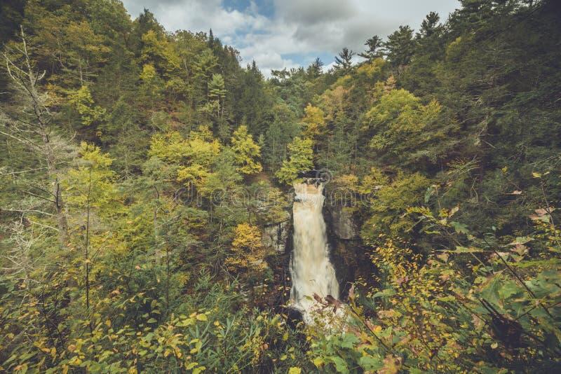 Caídas en Poconos, PA de Bushkill, rodeado por el follaje de otoño enorme imagen de archivo