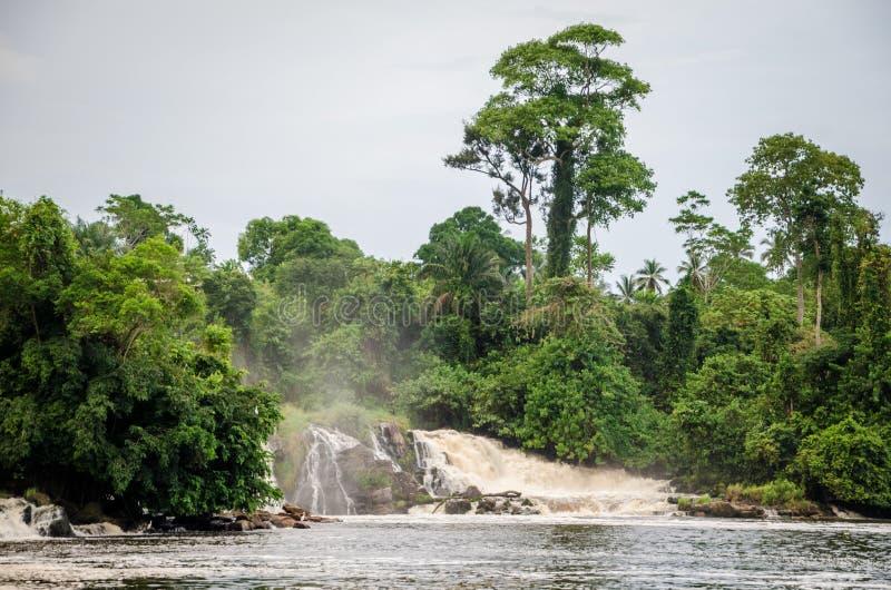 Caídas famosas del lóbulo en Kribi, el Camerún, una de las pocas cascadas en el mundo a caer en el mar imágenes de archivo libres de regalías