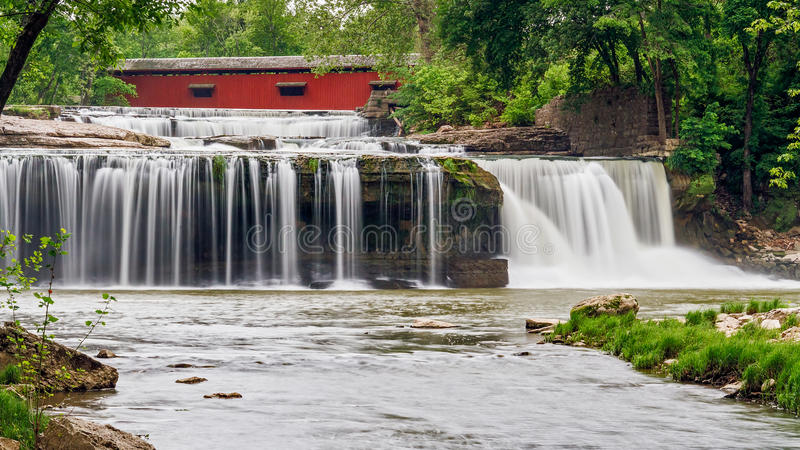 Caídas superiores de la catarata, puente, y ruinas del molino fotos de archivo libres de regalías
