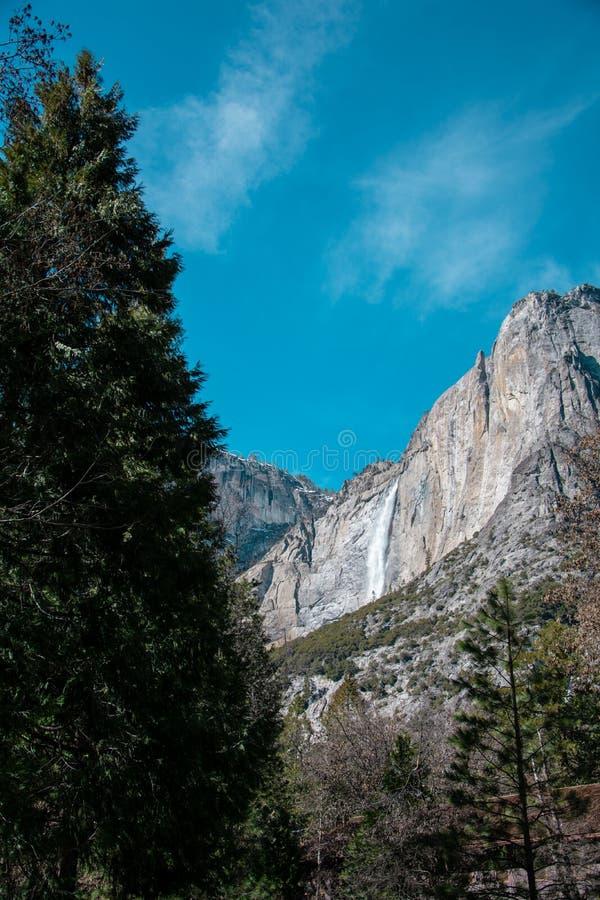Caídas superiores de las cataratas de Yosemite foto de archivo