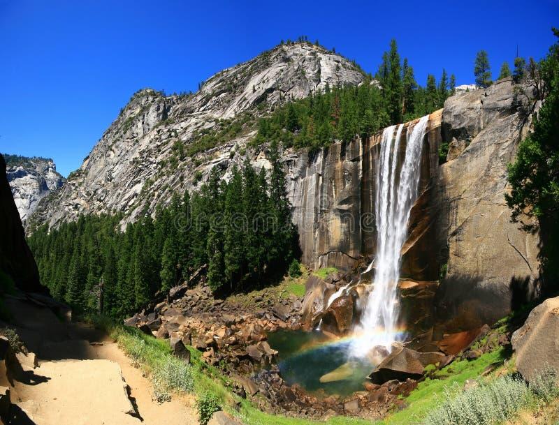 Caídas vernales con el arco iris, parque nacional de Yosemite fotografía de archivo