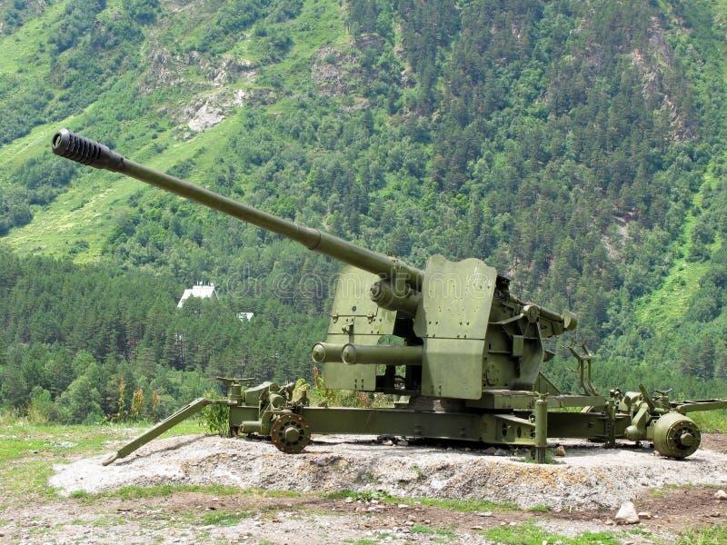 cañón de la Anti-avalancha en las montañas del Cáucaso imagen de archivo