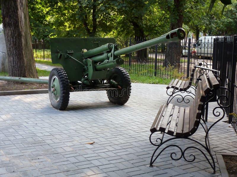 Cañón de la artillería en la plaza fotografía de archivo