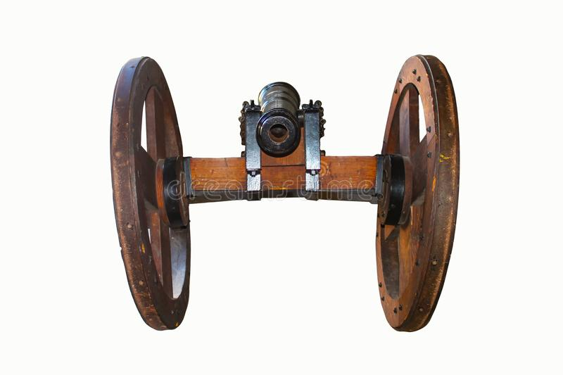 Cañón de madera viejo en las ruedas vistas de la parte posterior aislada en blanco imagenes de archivo