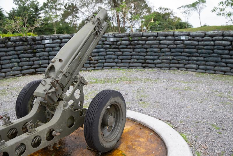 Cañón 4 del mortero de la artillería del ejército arma de 2 pulgadas en la leva militar imagenes de archivo