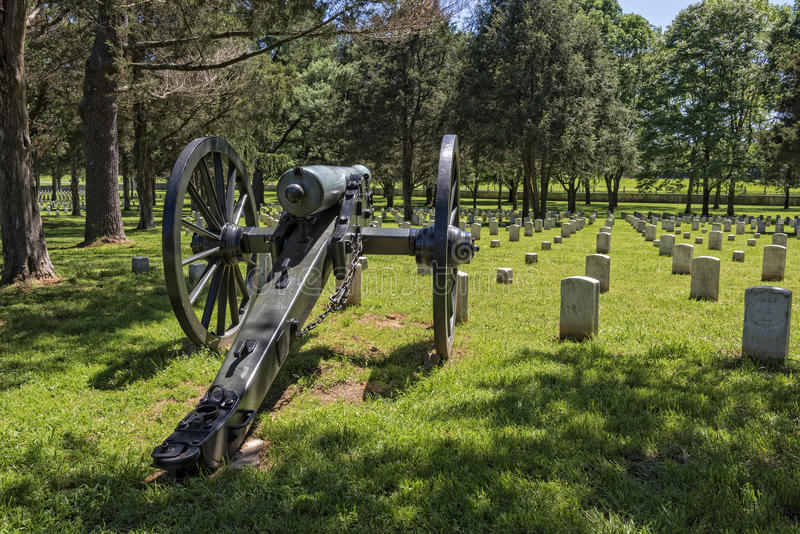 Cañón en el campo de batalla y el cementerio nacionales del río de las piedras foto de archivo libre de regalías