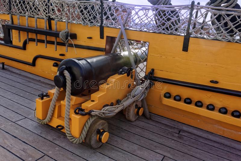 Cañón en la cubierta de la nave imagenes de archivo