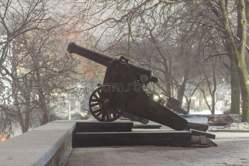 Cañón histórico viejo en el eje en la oscuridad foto de archivo libre de regalías