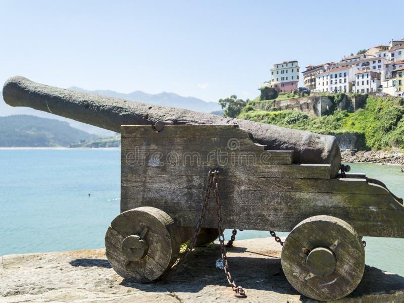 Cañón viejo delante de Lastres, España fotos de archivo