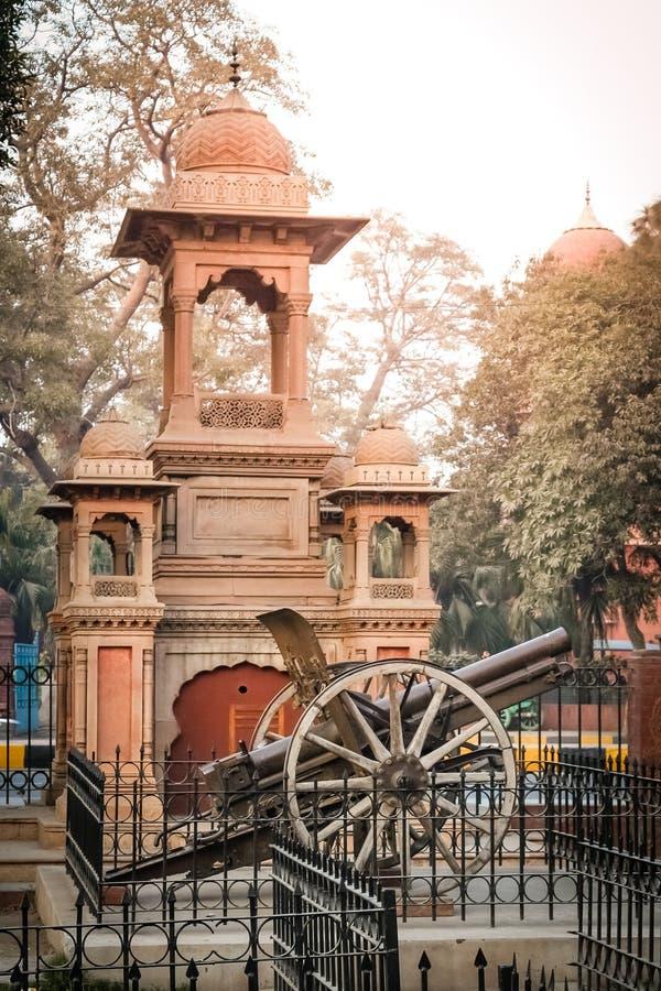Cañón viejo delante del museo de Lahore fotos de archivo