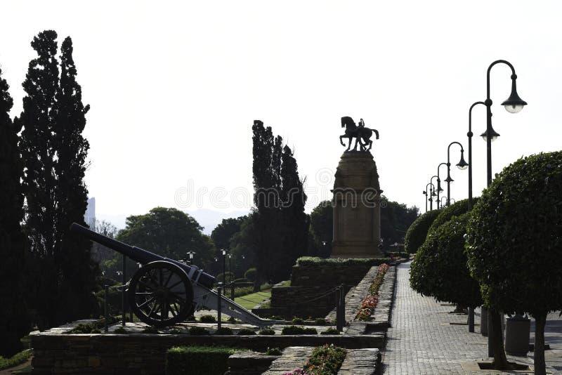 Cañón y monumento en los edificios de la unión de Suráfrica foto de archivo libre de regalías