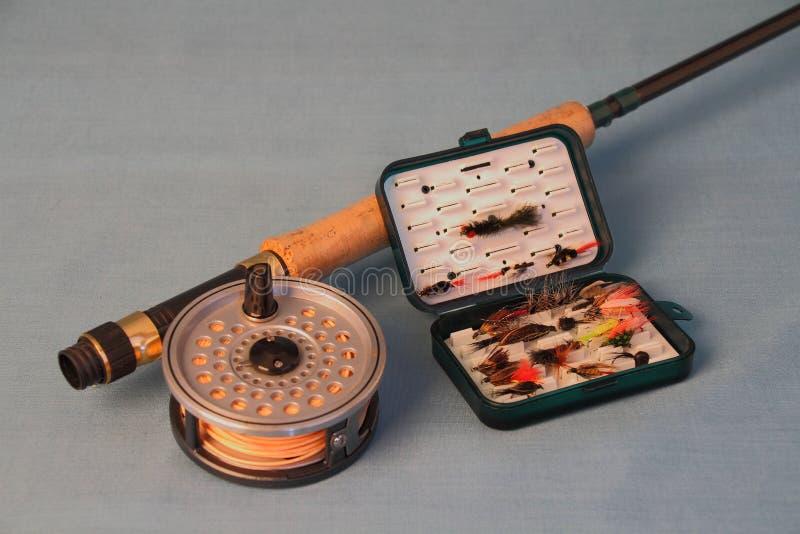 Caña de pescar con el carrete y las moscas imagen de archivo libre de regalías