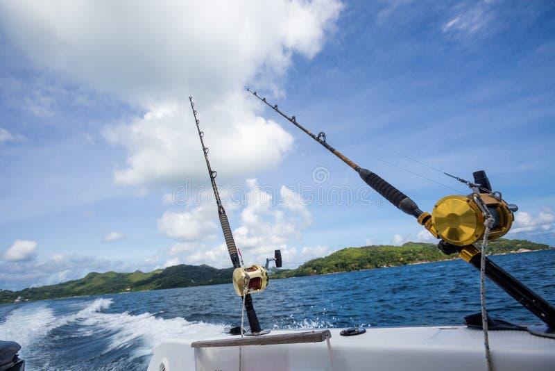 Caña de pescar en el barco en el mar fotografía de archivo