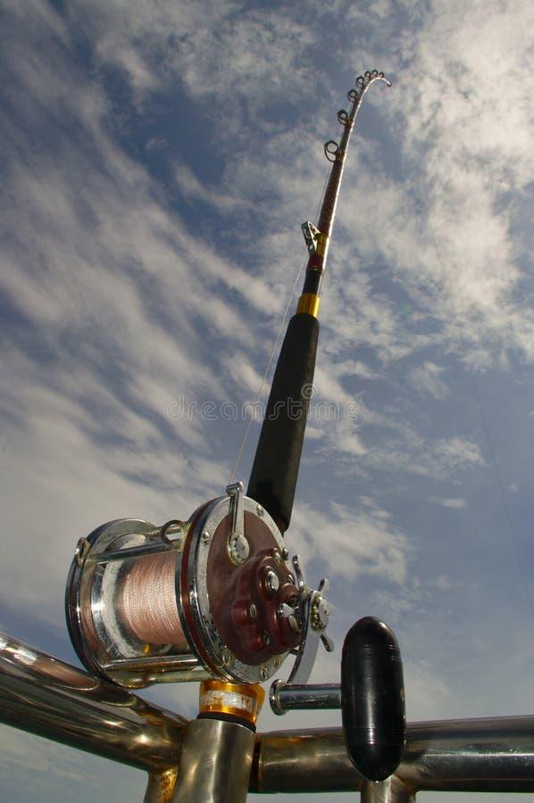 Caña de pescar en la parte de atrás de un barco imagen de archivo libre de regalías