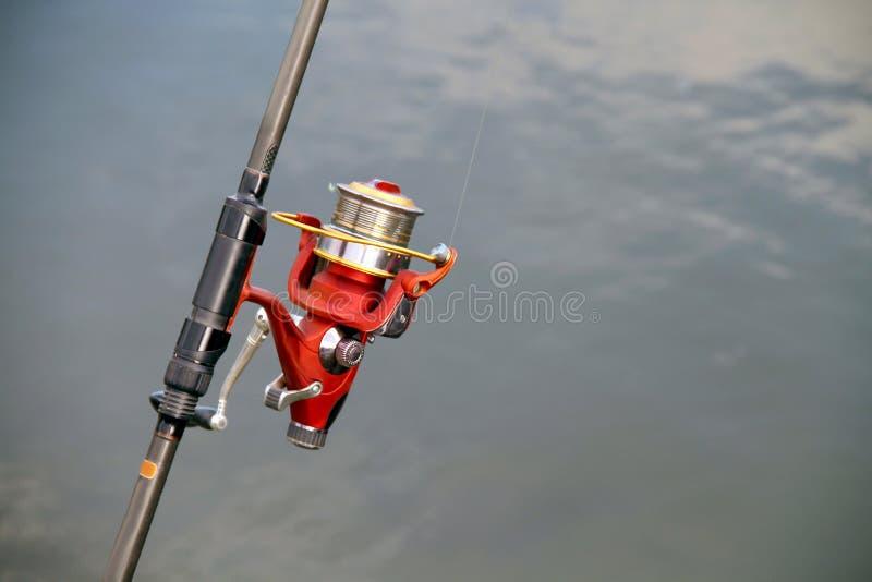 Caña de pescar de la caña de pescar en el fondo de la charca imagen de archivo libre de regalías