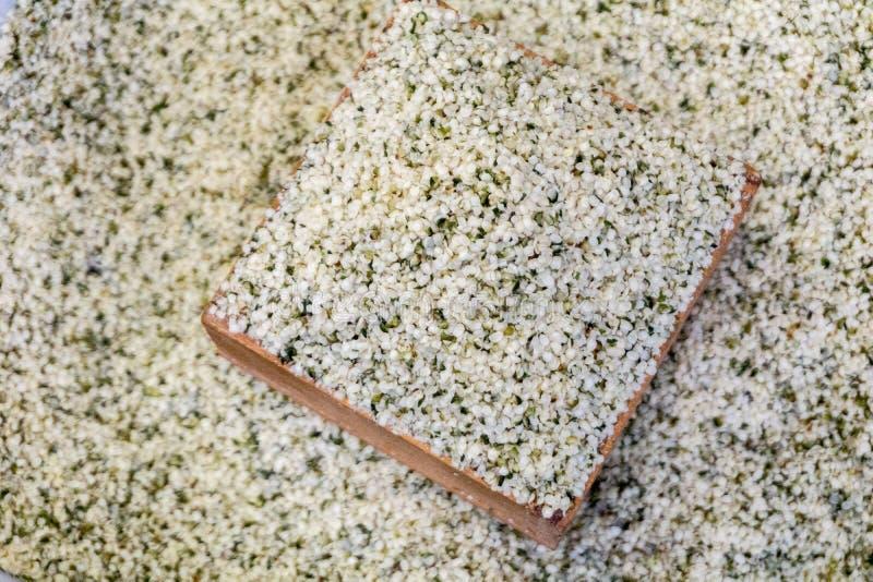 Cañamones, una comida estupenda para la salud en el cuenco de madera foto de archivo