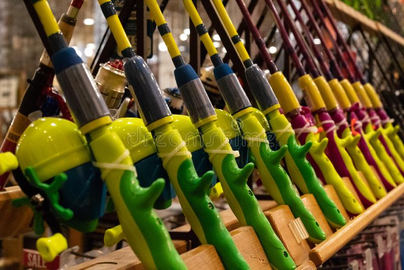 Cañas de pescar brillantemente coloreadas en la exhibición en tienda mundo-renombrada de las mercancías que se divierte imágenes de archivo libres de regalías