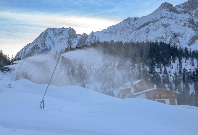 Cañones de la nieve en cuesta del esquí fotos de archivo