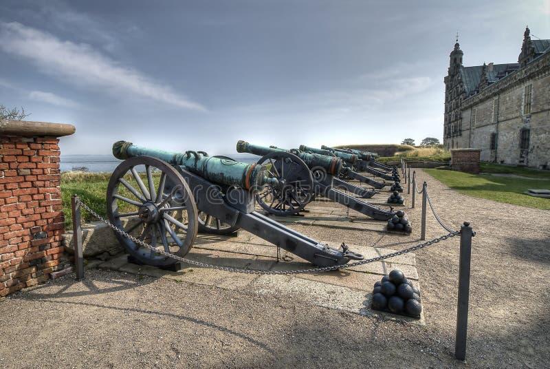 Cañones en el castillo de Hamlet de Kronborg fotos de archivo