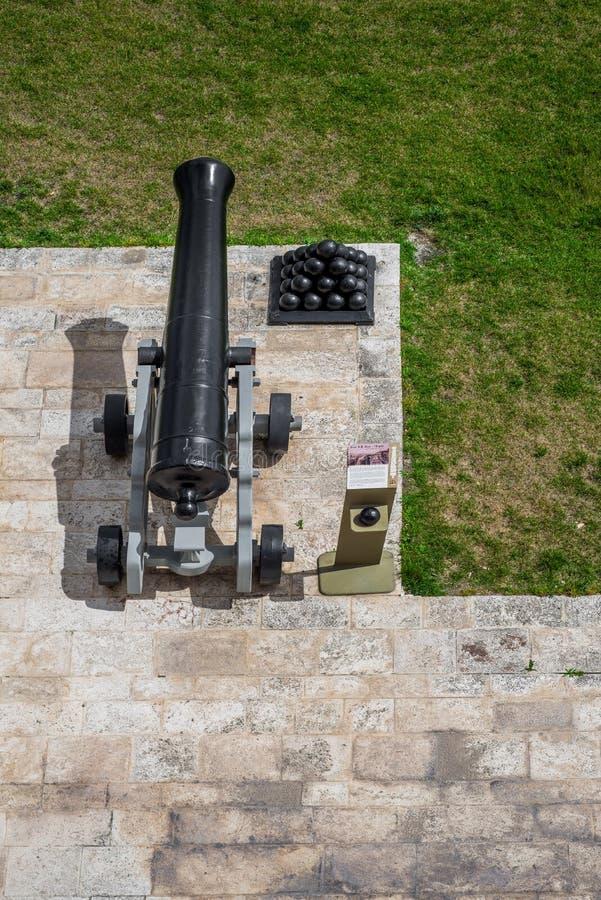 Cañones en los jardines superiores de Barrakka con los obuses, La Valeta, Malta, Europa fotografía de archivo libre de regalías